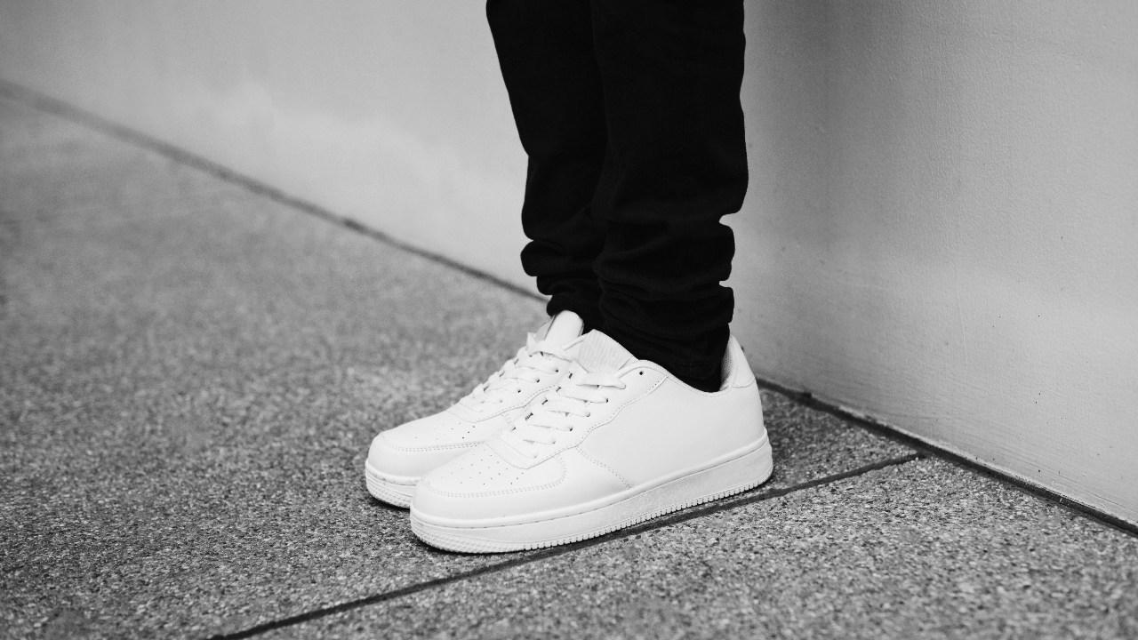baskets blanches avec un jean noir